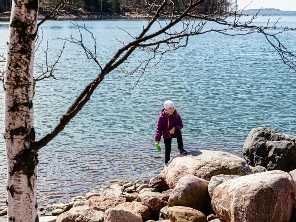 Klimmen op de rotsen langs een meer in Finland