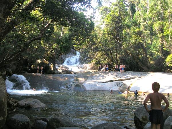 Zwemmen bij Josephine Falls met natuurlijke glijbaan