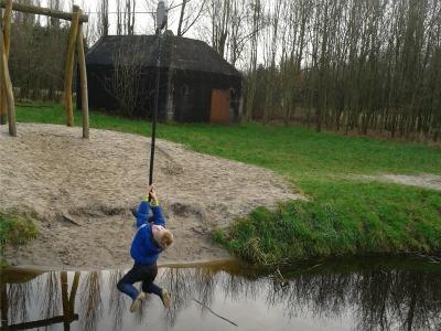 Kabelbaan over een slootje in recreatiegebied bij Maarssen