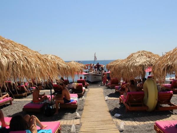 Het strand bij Kamari