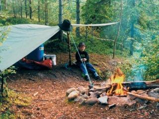 Kamperen met een kampvuur in de natuur van Zweden