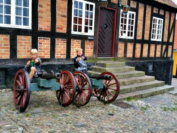 Spelen met kanonnen in het stadje Ebeltoft