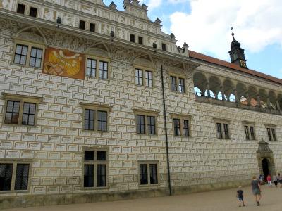We lopen naar de ingang van het kasteel in Litomysl