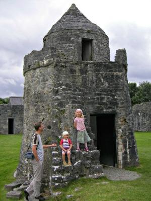 Met de kids op bij één van de vele kasteelruïnes