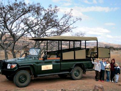 Kids bij de safariwagen van Kololo
