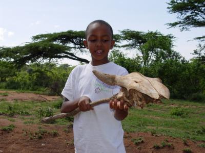 Kind met een gevonden schedel