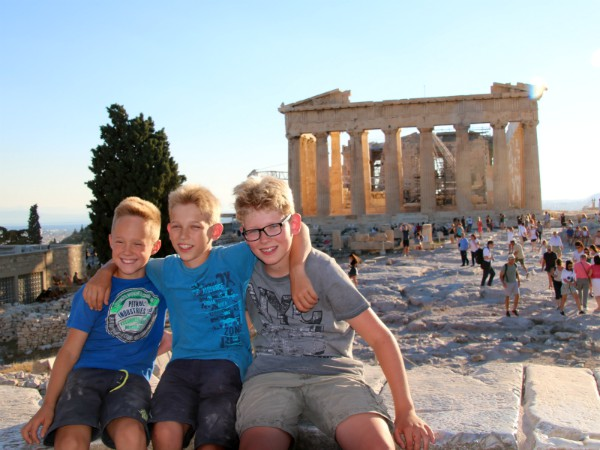 Zeb, Tycho en een vriendje bij de Akropolis