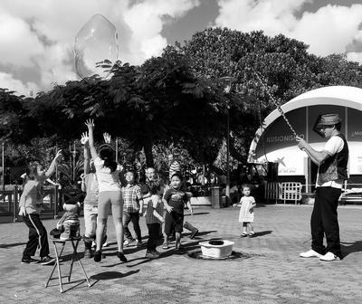 Kinderen zijn blij en spelen buiten op straat in gran canaria