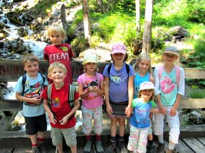 De kids trekken de bergen in bij het Kinderprogramma bij Gürgaletsch