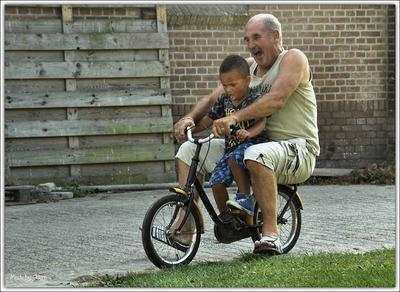 Naffy en opa een rondje op de fiets
