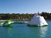 Speelkussens in het water bij camping Lanterna