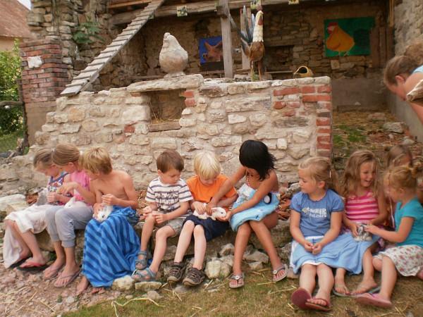 la chassagne kids met konijnen op schoot