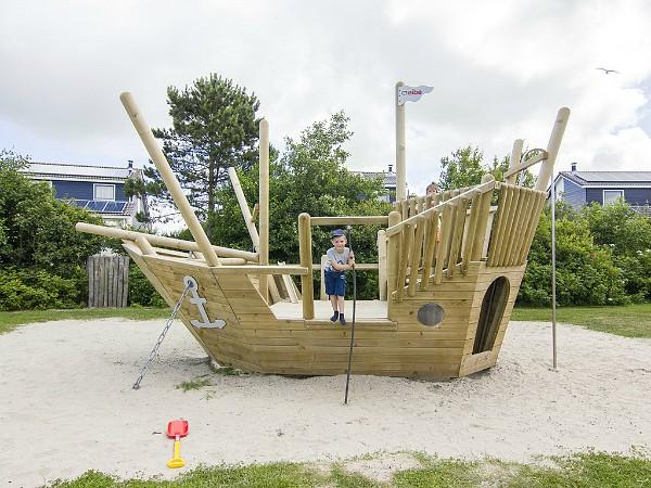 Speelschip bij Landal Beach Resort Texel