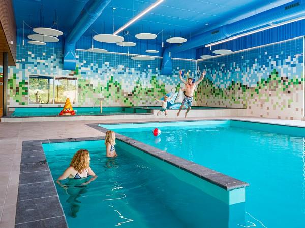 spring in het water in zwembad Landal Ouddorp