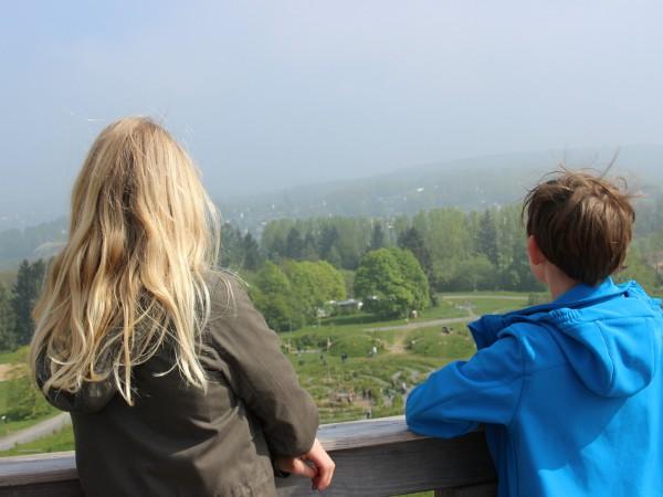 kinderen kijken naar het uitzicht vanaf de Panarbora uitkijktoren
