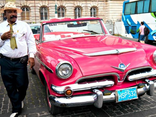 Je maakt een ritje in een oldtimer door Havana