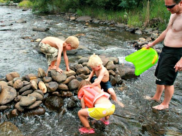 Dammetje bouwen in de rivier bij Drakensbergen