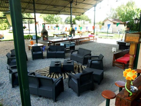 De overdekte lounge-plek bij Le Grand Etang