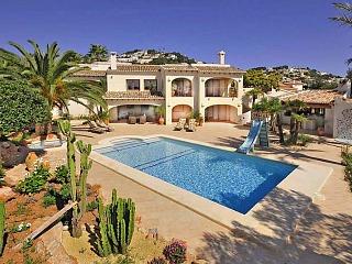Het zwembad bij de villa's