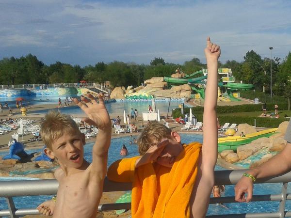 poseren voor de zwembaden en de glijbanen op de camping