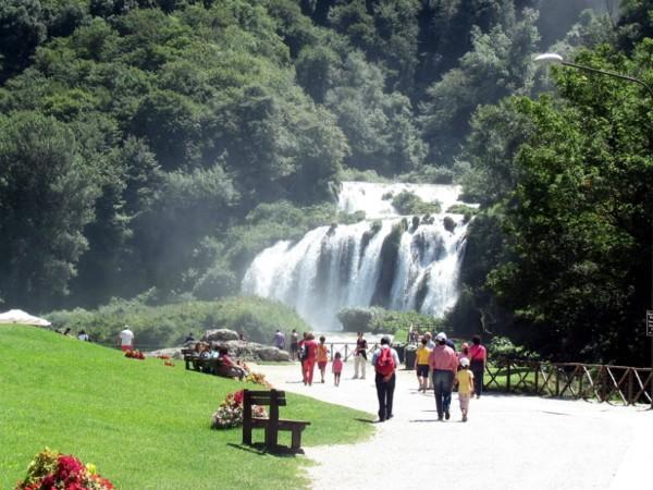 Van een afstandje naar de Marmore watervallen kijken