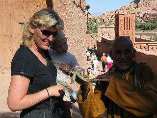Onze Tycho van 2 bewondert  de slang van deze Marokkaanse man