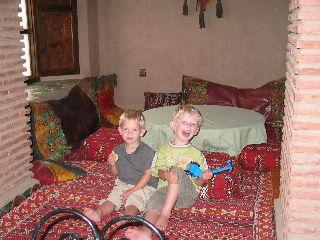 Lekker spelen op de kussens in het Riad