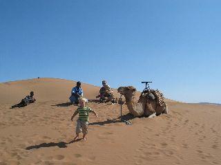 Spelen op een zandduin in Marokko