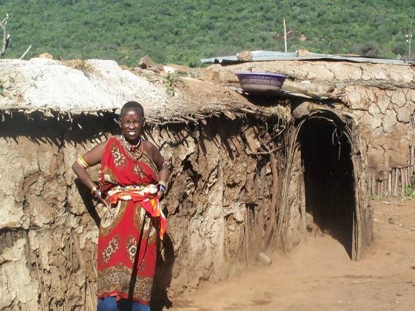 Masaï vrouw bij haar hut