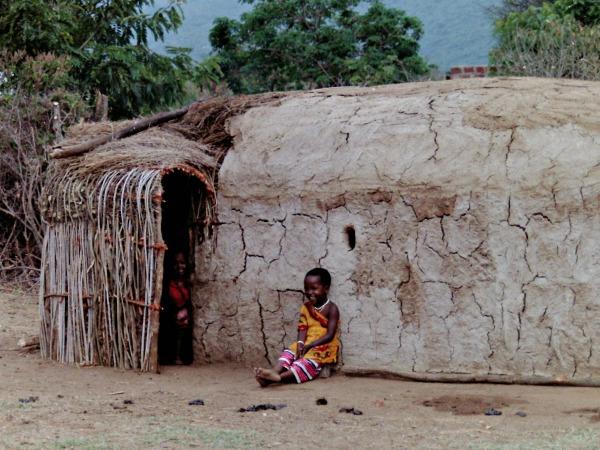 Masaï kinderen voor hun huis