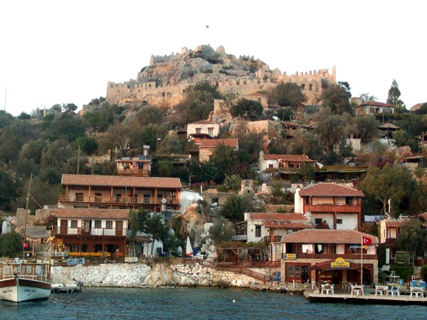 Mooie dorpje met kasteel aan de Mediterraanse kust van Turkije