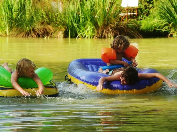 Een eigen meertje om in te zwemmen en spelen bij Kimaro Farmhouse