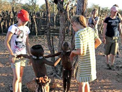 Spelen met de kinderen van de Himba stam
