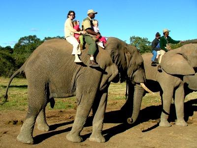 Ellen met kids op een olifant in Zuid-Afrika