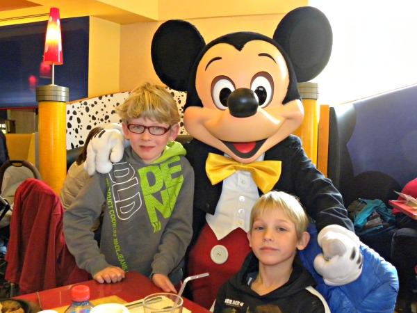 Natuurlijk poseren de jongens met Mickey bij Disneyland Parijs