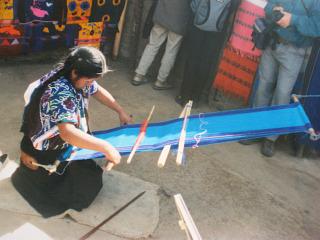 Een indiaanse vrouw aan het weven