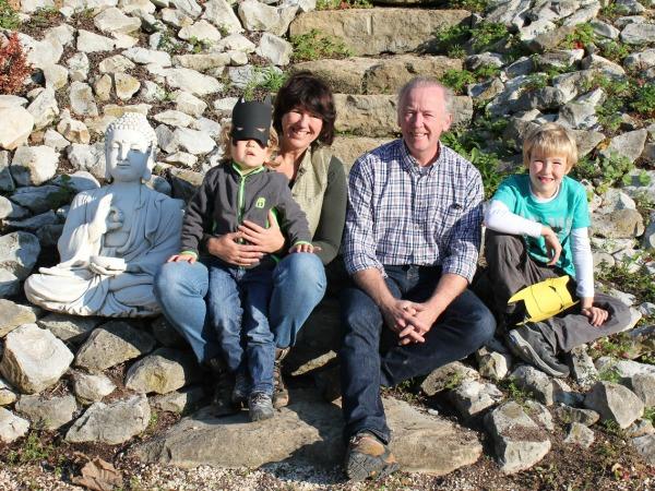 Michelle en Bert met de kinderen in de tuin