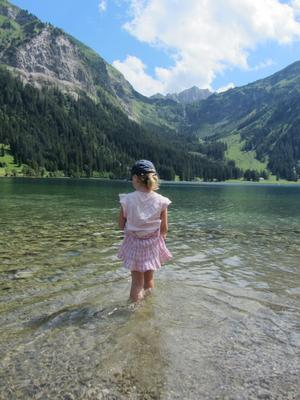 Pootjebaden in een bergmeer