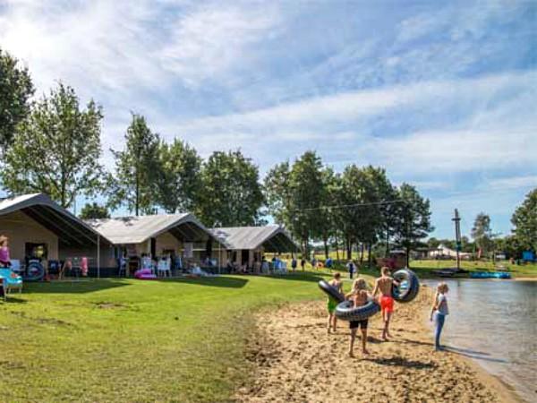 luxe tenten voor meertje op park kuierpad