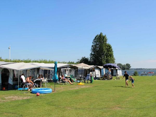 Kamperen aan het water bij Strandcamping Molecaten Flevostrand