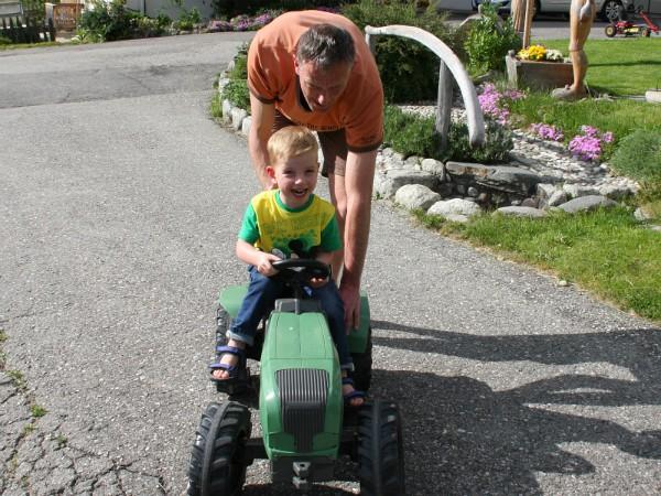 tractor rijden op het erf