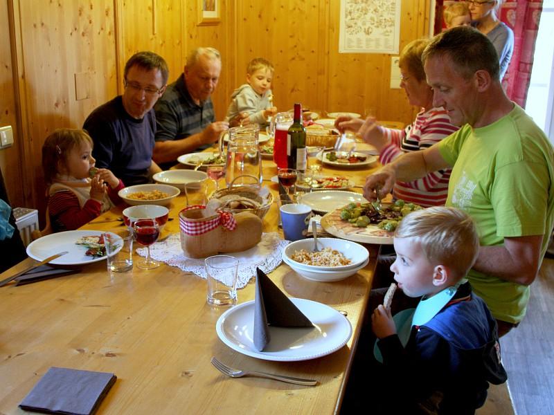 Met zijn allen aan tafel bij het Tiroler diner
