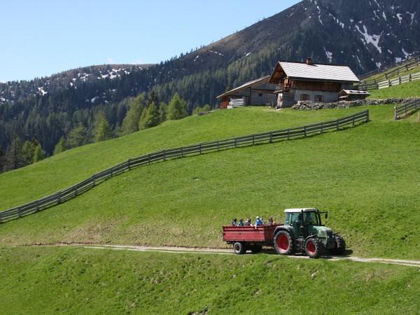 Met de tractor de berg op
