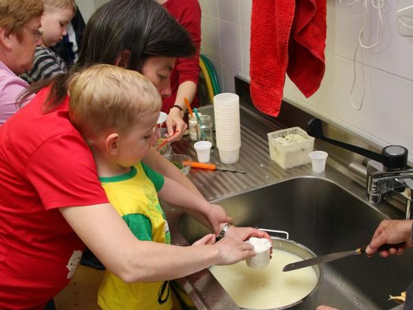 Kindje maakt kaas