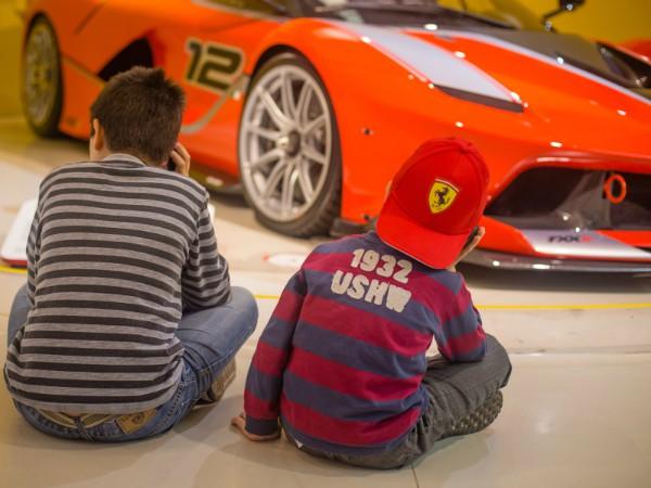 Auto's bewonderen in Museo Ferrari