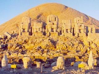 Beelden bij de berg Nemrut Dagi. Bron: Djoser.nl