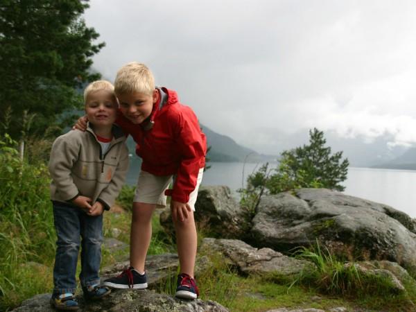 Met kinderen bij de prachtige fjorden van Noorwegen