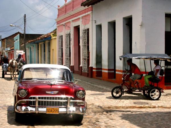 Oldtimer, paard en wagen en riksja in Cuba