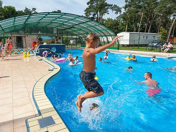 Zowel bij mooi als bij minder mooi weer kan er gezwommen worden in het zwembad met schuifdak.