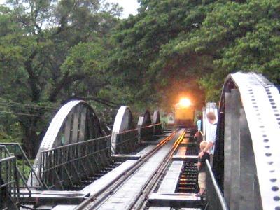 Daar komt de trein over de brug van de rivier Kwai